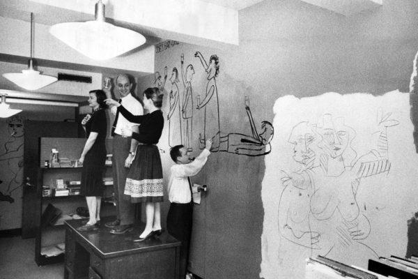 1960年,《時代》的音樂編輯理查.墨菲(Richard Murphy)在當時洛克菲勒廣場的辦公室畫同事們的壁畫像。