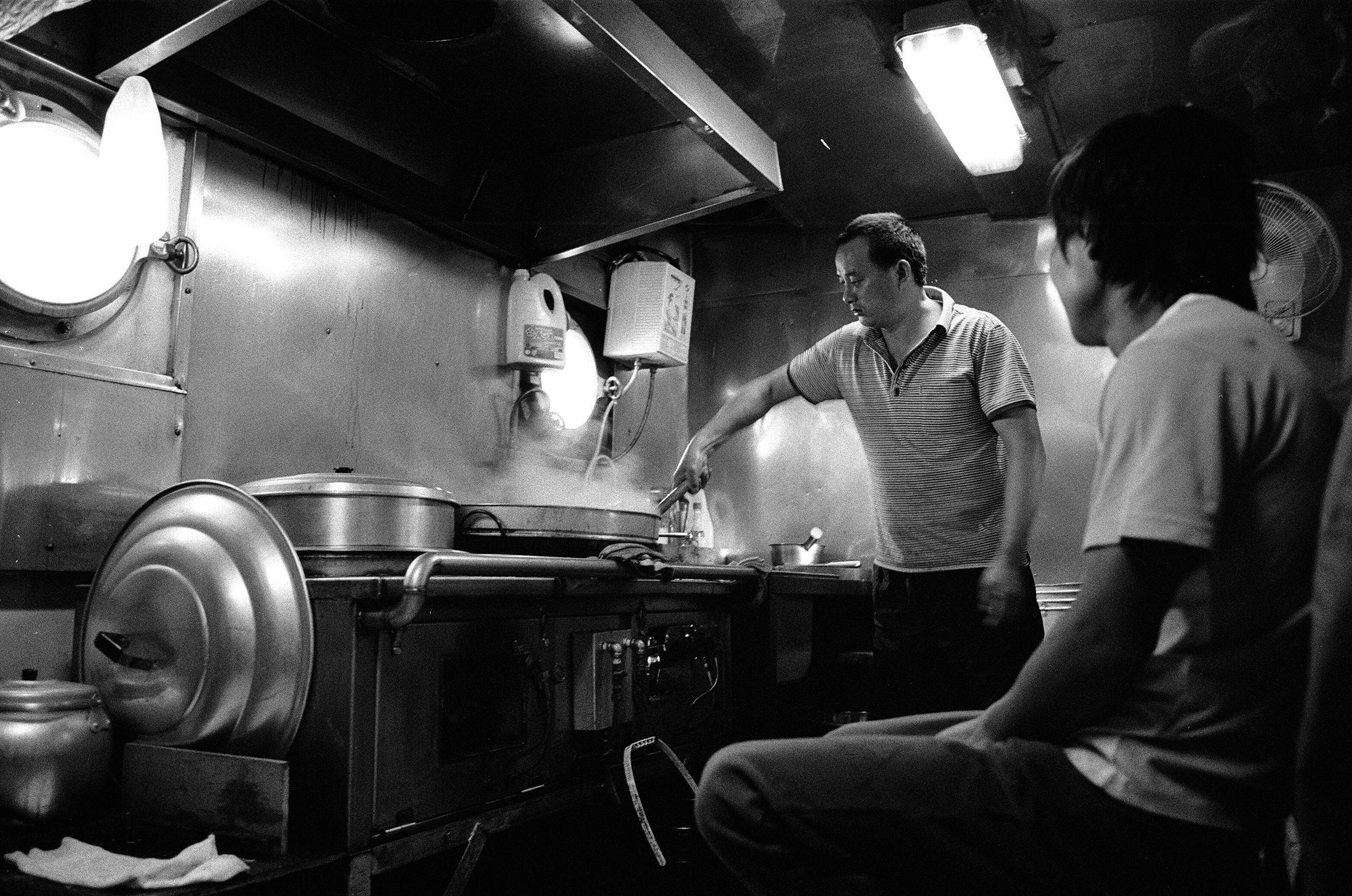 大廚老張和小不點在廚房閒聊