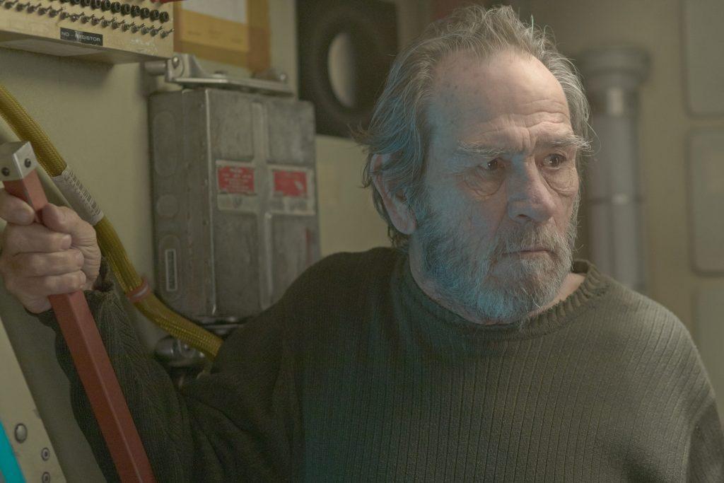 湯米李瓊斯飾演主角下落不明的父親